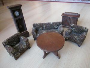 Wohnstube Wohnzimmer komplett Standuhr Sofa Sessel Puppenstube Holz um 1920