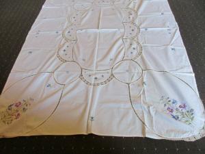 Altes Halbleinen Tischtuch Tischdecke Häkelei Stickerei Blumen Handarbeit (2)