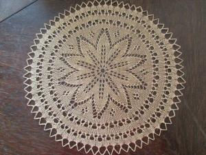Schönes altes Tischdeckchen rund beige Häkelspitze  ca. Ø 30 cm