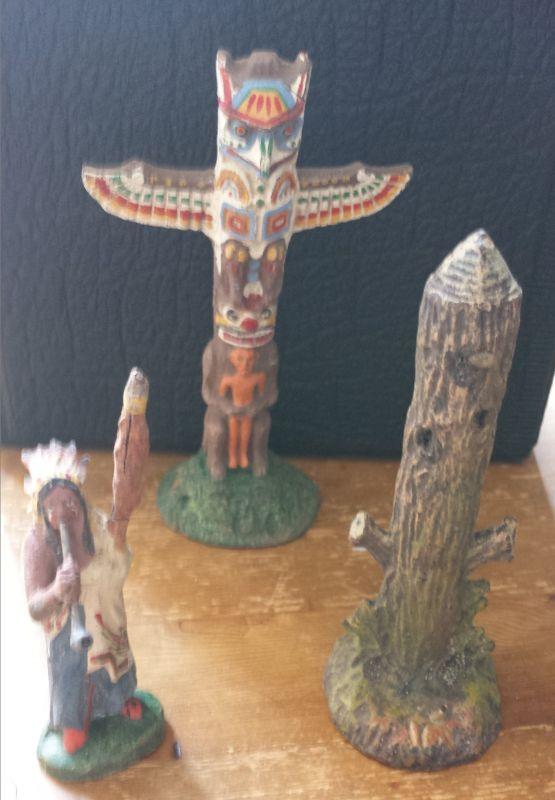 3 alte Elastolin Masse Figuren:  1 Indianer stehend /// 1 Totem /// 1 Marterpfahl