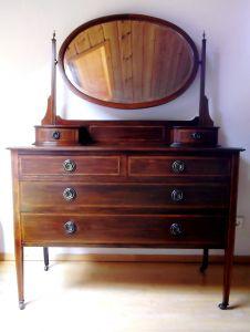 große Spiegelkommode, Friesir - Schmikkommode, um 1900 hergestellt, auf Rollen, Mahagoniholz massiv, ovaler facettierter Spiegel dreh- und abnehmbar.