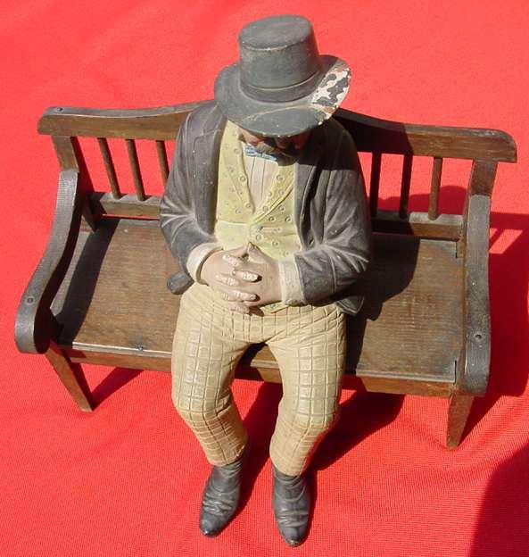 Sehr alte Terrakotta-Figur um 1900. Sitzender, schlafender Mann mit Hut auf Eichenholzbank. Marke BB