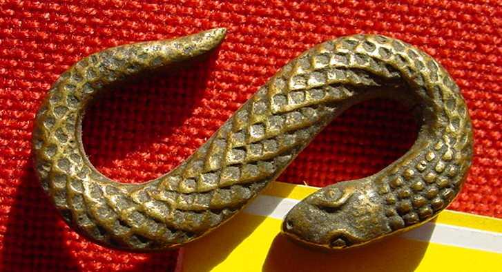 (1037233) WIENER BRONZE. Kleine Schlange. Unterseite geriffelt - Oberseite geschuppt.