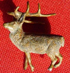 (1037244) Kleiner bemalter Hirsch, vermutlich Wiener Bronze.