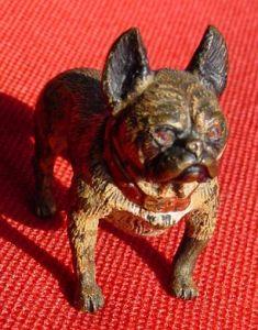 (1037245) Kleiner, bemalter Hund mit rotem Halsband. Vermutlich WIENER BRONZE.  0