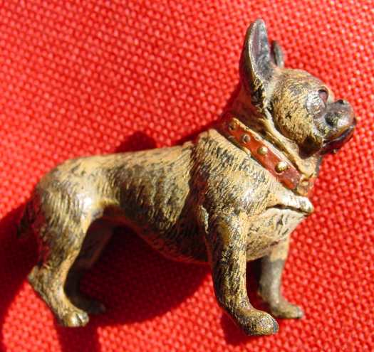 (1037245) Kleiner, bemalter Hund mit rotem Halsband. Vermutlich WIENER BRONZE.  1