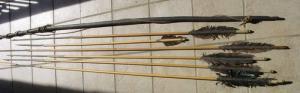 (1031606) Sechs alte Pfeile u. 1 Jagd-Bogen aus den 1930-er Jahren ? Südsee ?