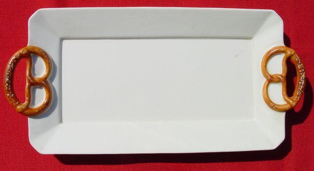 (1019437) Uraltes Porzellan Tablett mit hübschen Brezel-Griffen, um 1900 ?