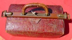 (1019552) Alte Ledertasche um 1900, mit verschließbaren Metall-Seitenbügeln