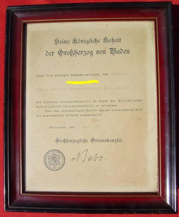 (1038176) Original-Urkunde. Silberne Verdienstmedaille BADEN 1915 in Holzrahmen