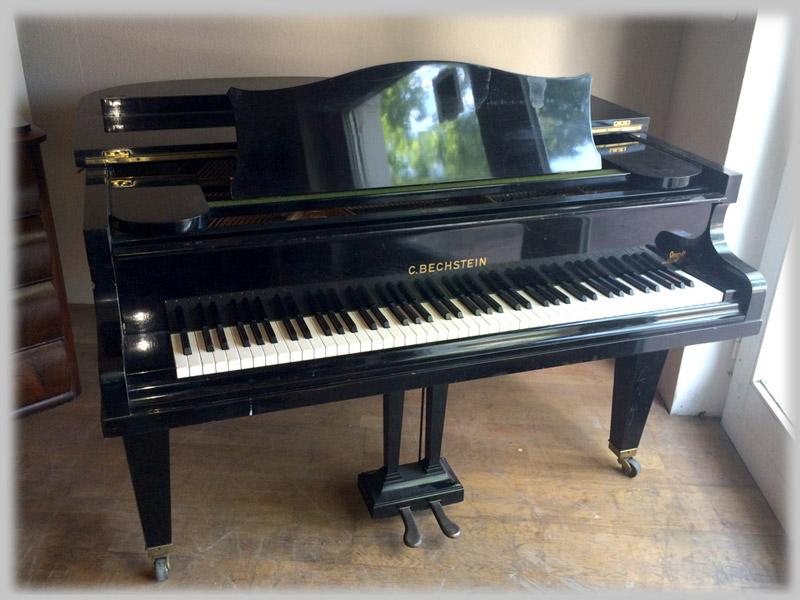 Stutzflügel 140 cm von C. Bechstein, BJ 1940 (#143906)  Vom Klavierbaumeister überprüft und gereinigt, gepflegter Zustand mit minimalen Blessuren, lt. Klavierstimmer sind zwei bis drei weitere Stimmungen notwendig, um ihn auf Kammerton zu bringen.