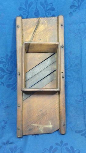 E985/ sehr alter Krauthobel, Gurkenhobel, Gemüsehobel aus Holz mit 3 Messern