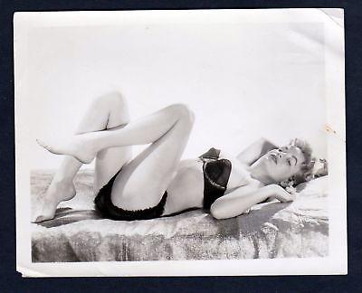 1960 Unterwäsche lingerie Erotik nude vintage liegend Dessous pin up Foto photo