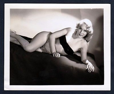 1960 Unterwäsche lingerie Erotik nude vintage Dessous pin up Foto liegend photo