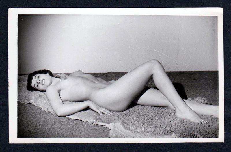 1960 - Akt nackt Fell Busen Brust FKK Erotik nude Aktfoto vintage pin up Foto
