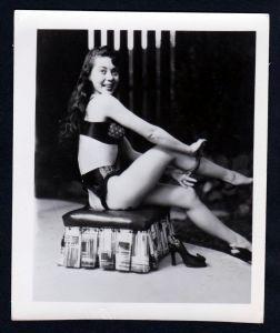 Unterwäsche lingerie Erotik nude vintage Dessous pin up Foto photo stool