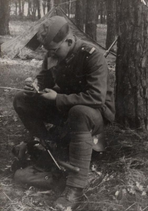 Waffenreinigen im Bivak 3. Mai 1944 - deutscher Soldat German soldier Zweiter Weltkrieg WWII Krieg war Militar
