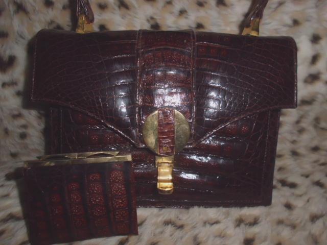 Großzügige Vintage Krokodilleder-Handtasche mit Portemonnaie und mehreren Fächern, kurzer Trageriemen, Metallbügelverschluss, Maße 26cm x 20cm x 10cm, sehr gut erhalten