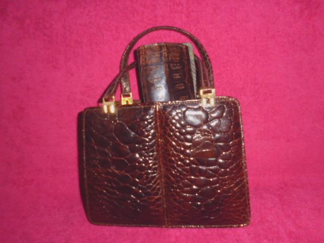 Kleine Vintage Krokodilleder-Handtasche mit Portemonnaie und einingen Fächern, kurze Trageriemen, Metallschnappverschluss, Maße 23cm x 17cm x 10cm, sehr gut erhalten