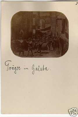 Albuminfoto auf Pappe 7x11cm, Träger in Galata, ca. 1890