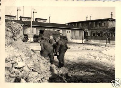 Originalfoto 7x10cm, Soldaten beim Schneeschippen, Kaserne Solingen