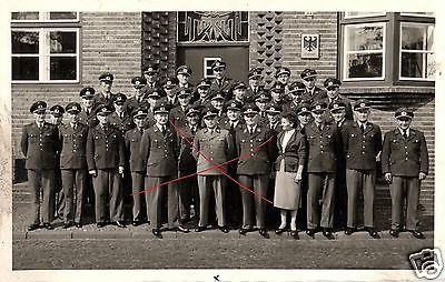 Originalfoto 9x13cm, Zollbeamte vor Zollamt, ca. 1955