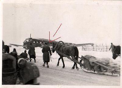 Originalfoto 7x10cm, Panjeschlitten vor Ju 52 Wrack, Russland
