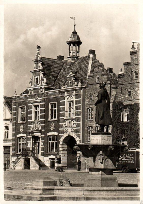 Foto AK, Husum, Rathaus und Brunnen, Feldpost 1942 0
