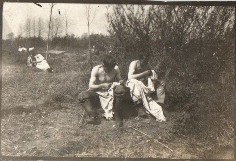 Originalfoto 6x9, Soldaten beim Läuseknacken 0
