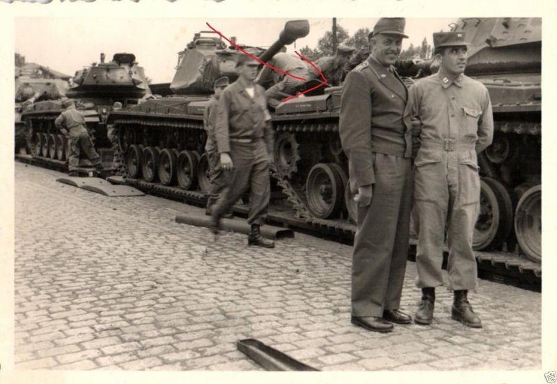Originalfoto 7x10cm Bundeswehroffizier vor US Panzer M 47, ca. 1956