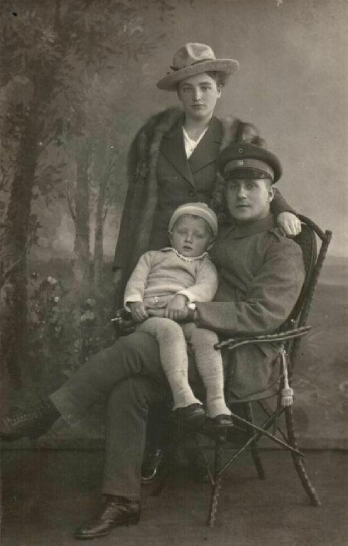 Originalfoto 9x13cm, Soldat+Familie, Hutmode