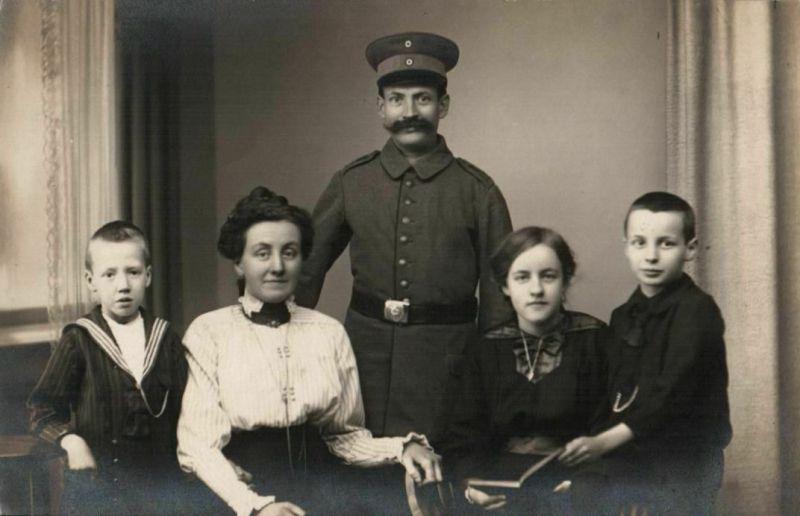 Originalfoto 9x13cm, Soldat+Familie, Bartmode