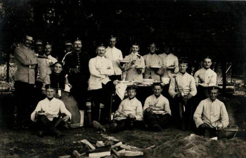 Originalfoto 9x13cm, Soldaten beim Essenfassen, Scherzfoto