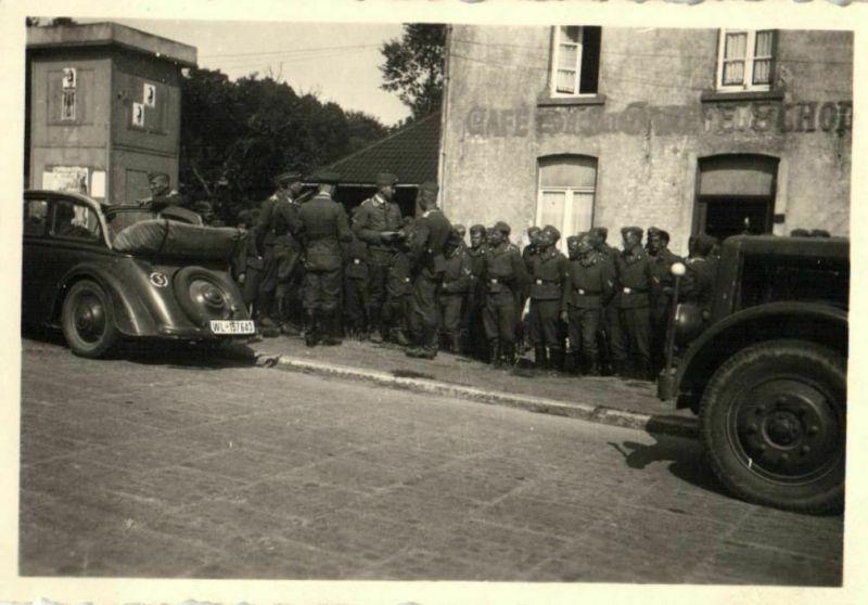 Originalfoto 6x9cm, Soldaten Luftwaffe vor Cafe in  Frankreich