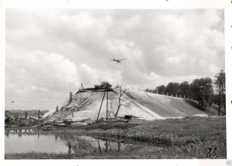 Originalfoto 6x9cm,  Fieseler Storch über zerstörte Pripjet-Kanalbrücke