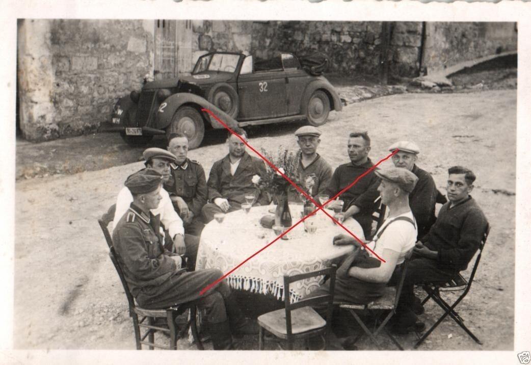 Originalfoto 9x6cm, Feier Deutsche Soldaten+Franzosen Armbrief, 14.6.40