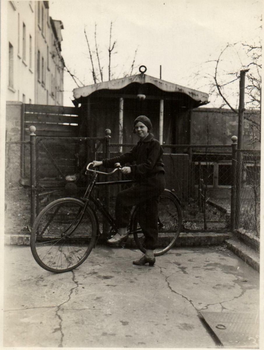 Originalfoto 8,5x11,5 Frau mit Fahrrad, ca. 1930