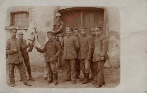 Originalfoto 9x13cm, Soldat mit Stahlhelm auf Schimmel, ca. 1916