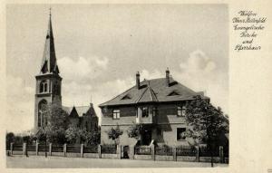Foto AK, Wolfen Krs. Bitterfeld, ev. Kirche und Pfarrhaus, ca. 1930