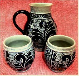 1 kleine Kanne 0,5 Lt. + 2 kleine Becher 0,15 Lt. aus Steingut / Steinzeug - Mit dekorativen dunkelblauen Mustern