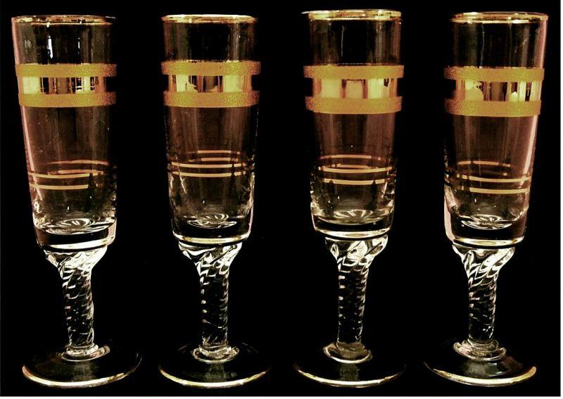 4 Likör-Glaser mit Goldrand / Goldring -  Mit gedrehtem Stil.