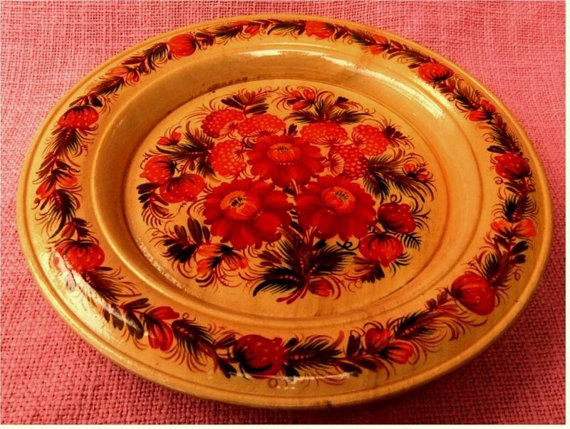 Wandteller aus Holz - Handarbeit aus Russland -  Bemalt mit roten Blumen - ca.  24 cm Durchmesser