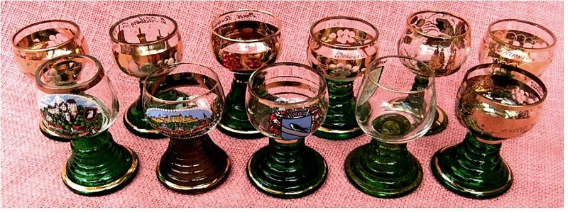 11 kleine Miniatur Andenken-Weinrömer ca. 2 cl ( 20ml ) -  Davon 7 teilweise vergoldet  - 4 mit Bild bzw. Wappen