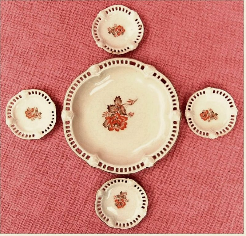 1 Pralinen-Teller + 4 kleine Tellerchen aus Porzellan -  Mit Durchbruch-Arbeit an den Rändern -  Thüringer Porzellan - 1950er Jahre