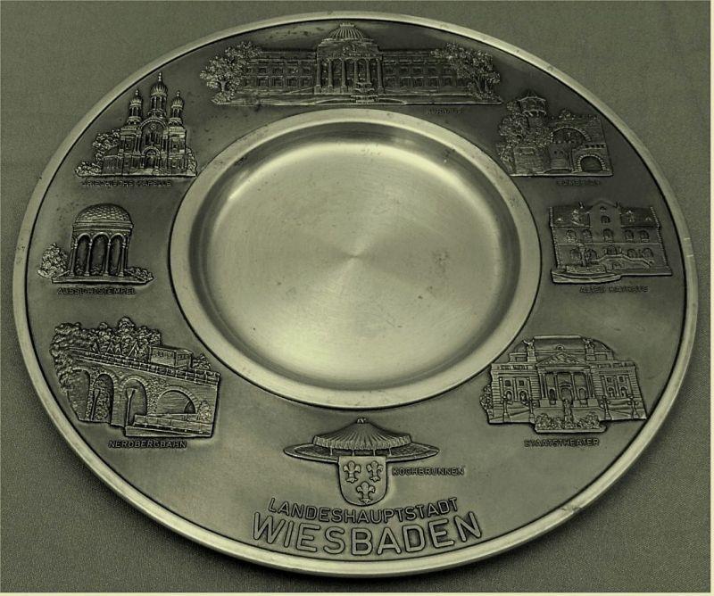 Zinnteller mit Gebäude-Motiven  von : Landeshauptstadt Wiesbaden -   Durchmesser ca. 22,5 cm