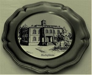 Zinnteller mit Gebäude-Motiv von Bischofsheim / Hessen -   Durchmesser ca. 23 cm