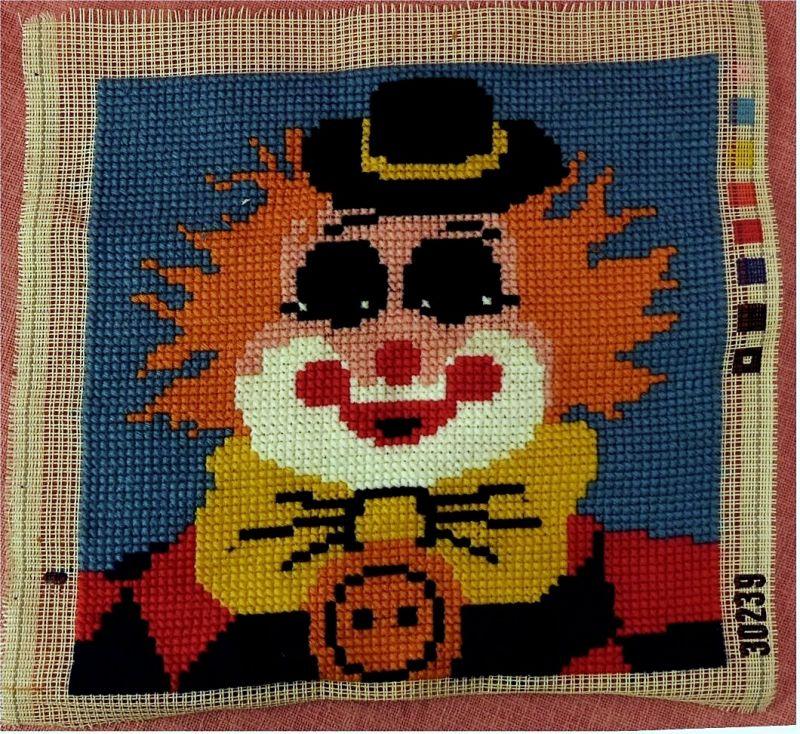 2 Gobelin-Bilder - Clown-Portrait und Blumen -  Größen : ca. 40 cm breit , 38 cm hoch 2