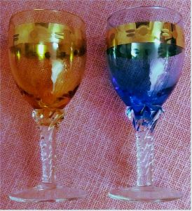 2 farbige Weingläser - blau und rostrot -  oben mit gemustertem Goldring -  ca. 0,2 Liter Volumen