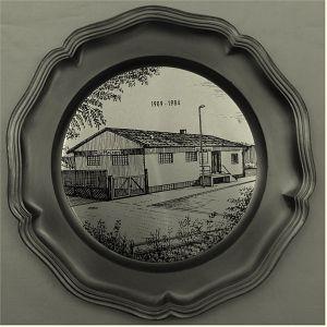 Wandteller aus Zinn -   Motiv : Raiffeisen-Haus 1909-1987 -   Durchmesser ca. 22,5 cm