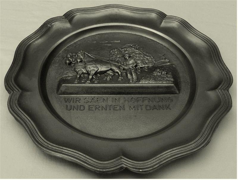 Wandteller aus Zinn -  Motiv : Relieff - Bauer mit Pferdewagen  Durchmesser ca. 22,5 cm